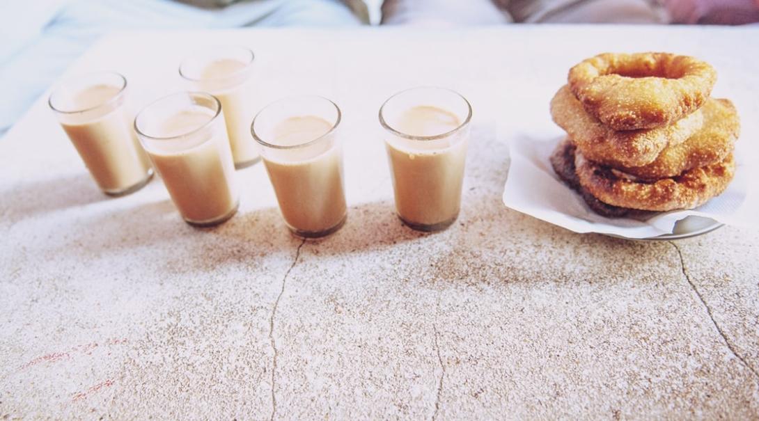 ネパールのミルクティーと軽食